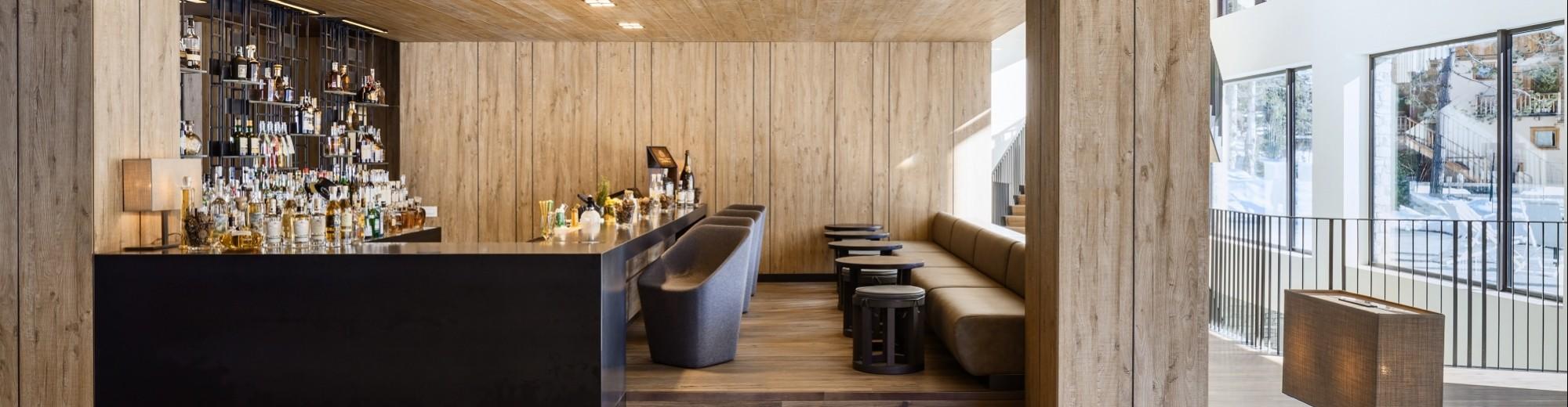 Sedie del bar sul lato del bancone