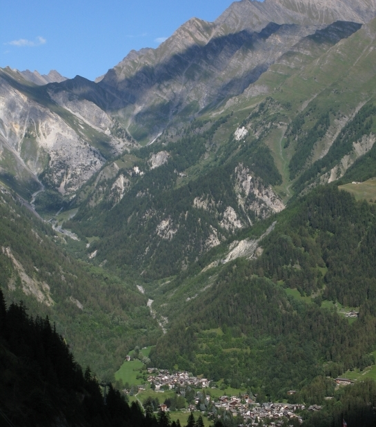 Panoramica di Courmayeur e delle sue montagne